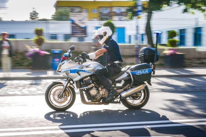Policja Słupsk: RAZEM WALCZMY Z PANDEMIĄ - DZIAŁANIA POLICJANTÓW PODCZAS MAJÓWKI